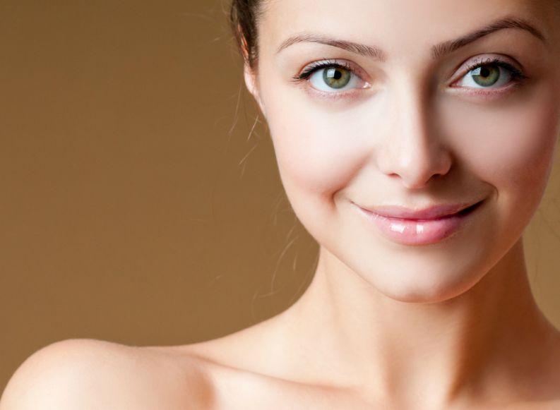 Entenda como manter a pele protegida dos raios solares antes da maquiagem